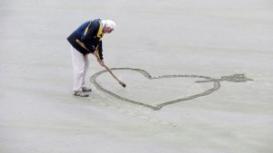 creating-heart-shape-in-sand